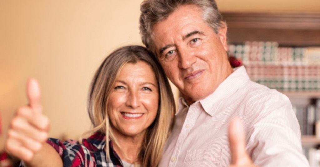 TIFINANZIA TI ANTICIPA IL TFS - un uomo e una donna sui 50 anni con i pollici all'insù