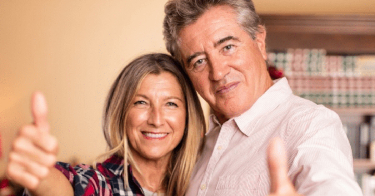 un uomo e una donna sui 50 anni con i pollici all'insù