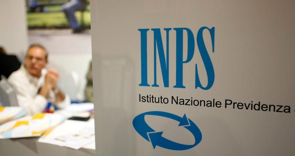 interno di un ufficio INPS con persone intente a richiedere il TFS trattamento fine servizio