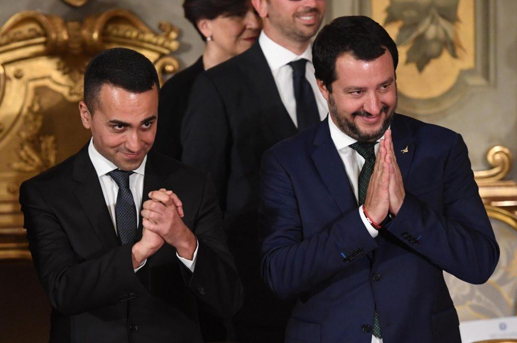 Salvini e Di Maio insieme in una foto con un espressione sorridente