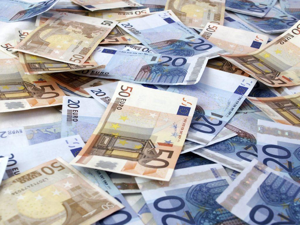 foto di banconote di taglio 50 e 20 euro
