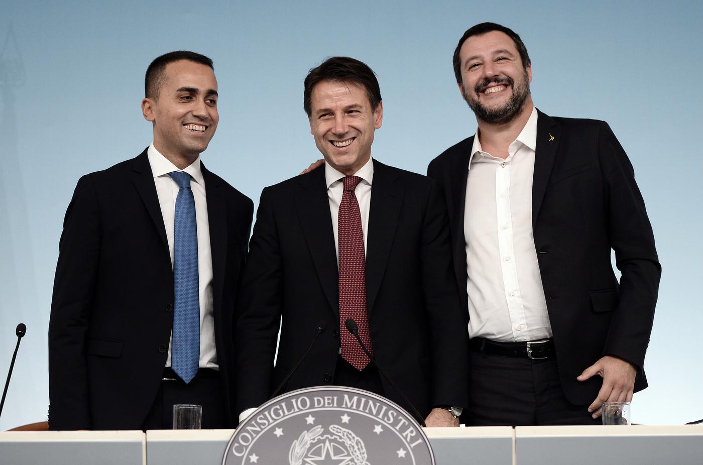 Di Maio, Conte e Salvini in una foto durante il Consiglio dei Ministri