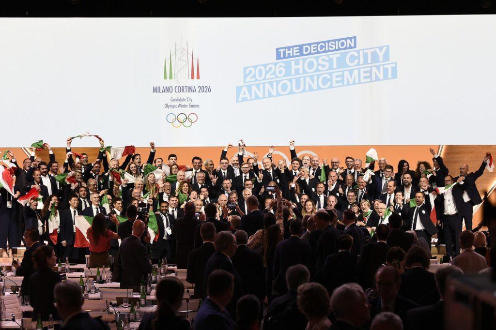 Milano-Cortina vince la candidatura per le Olimpiadi 2026, in foto gli Italiani presenti a Losanna che esultano
