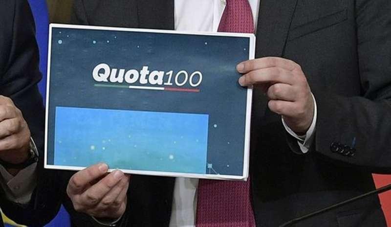Foto di un foglio con il logo Quota 100 tenuto in mano da Conte nel giorno dell'approvazione