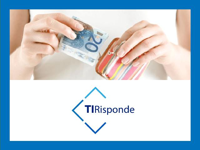 mani femminili estraggono una banconota da 20 euro da un portamonete