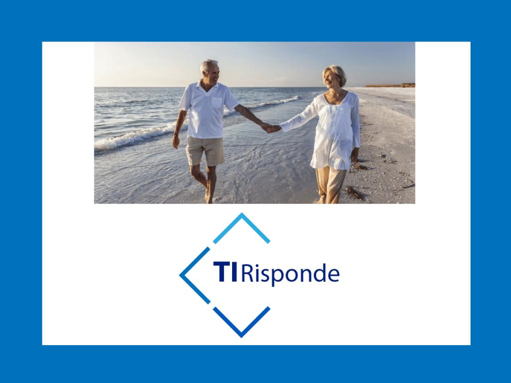 coppia di pensionati felici che si tiene per mano su una spiaggia