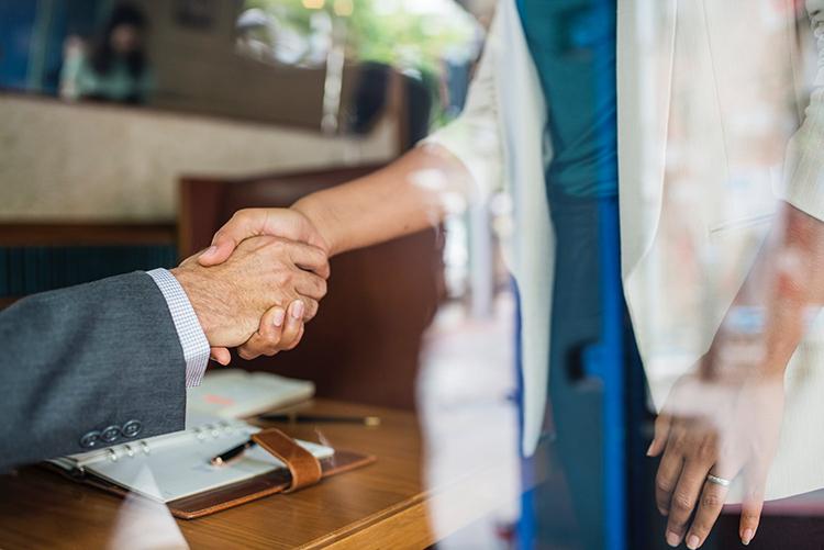 un uomo e una donna si stringono la mano